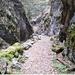 Der Weg führt zwischen steilen Felswänden in die Schlucht hinein. Mit Steinschlag muss gerechnet werden.