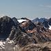 Zoom zum markanten orangen Berg