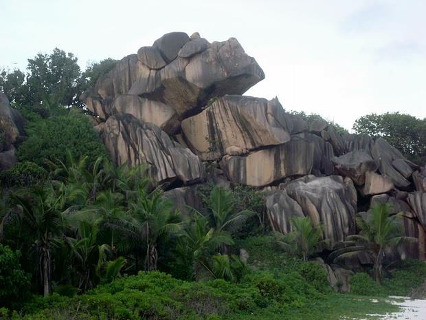 La Digue Island: Felsformationen in allen Variationen aus sehr grobkoerningem und rauhem Granit. Mir schien es ziemlich schwierig und eher im Bereich der Reibungskletterei. Keine Kanten, alles abgerundet. Kletterei ist auf den Seychellen voellig unterentwickelt. Schade es gaebe genuegend Felsen.<br /> Was sagen unsere Kletterprofis dazu ?