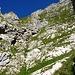 Hier gings hinunter.<br />Genau in der Bildmitte, rechts den Felsen entlang in der wenig ausgeprägten Rinne.