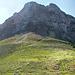 Am Silbersattel. Der Gipfel der Silberspitze liegt noch 350 Meter höher. Rechts unten das Schild, das einen ins Zammer Loch weist. Man geht hier den Hang hinauf und hält sich spätestens im mittleren Teil des Hangs, dort wo es geröllig wird, links (östlich). Einzelne Holzstangen markieren den Aufstieg. Man quert eine Rinne und steigt dann immer weiter nach links in die steilen Osthänge ein.