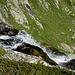 ... und steil zu Tale schiessendem, schäumendem Wasser
