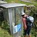 """[u Omega3] inspiziert die """"Telefonkabine"""" auf der Alp Fümègna"""