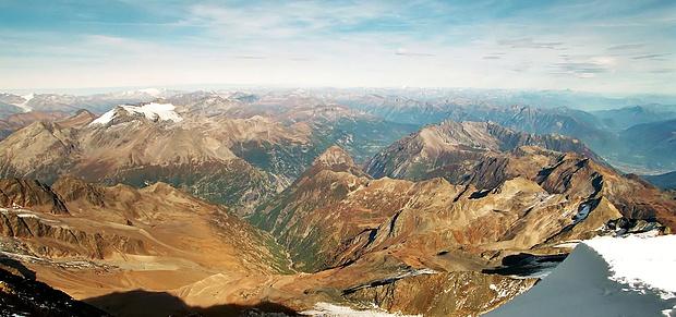 Die schier endlose Weite nach Osten beeindruckt und man wähnt sich auf dem Dach der Alpen. Man darf halt nicht weiter nach links schauen geschweige denn sich umdrehen.