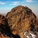 """Արագած - Հյուսիսային (Aragac - Hyowsisayin; 4090,1m):<br /><br />Aussicht vom südlichen Vorgipfel auf den höchsten Punkt. Ein wenig brüchiges und etwas ausgesetztes Gratstück leitet zum Gipfelkreuz. Die Kletterschwierigkeiten ist mit maximal II für geübte Berggänger kein Problem. Uns gefiel das letzte Stück besonders gut, denn """"normale"""" Touristen welche wir antrafen begnügten sich mit dem Vorgipfel."""