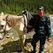 Ilias bringt mich, als Revanche für's wärmende Feuer und Kaffee, zu Pferd über den Fluss<br />sein Schimmel Orlyt zeigt sich wenig begeistert der vielen Kilos mehr im Sattel