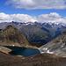 Mit etwas Sonne wirkt die Farbe des Schwarzsees, der zwischen Rotkogel, Schwarzseekogel und dem roten Schotter des Schwarzseekogelosthangs liegt irgendwie grün-schwarz ....