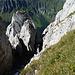 Grattürme in der Abstiegsroute.<br />Hinter dem eingeklemmten Stein geht einfach nur runterrrr