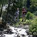 Die etwas wackelige Seilbrücke über den Stuibenbach am Einstieg.