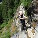 Der Steig gewinnt in der Felswand an Höhe (B).