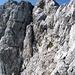 eine weitere Stelle nur für Schwindelfreie. Über das rötlich schimmernde Gestein geht es im Gehgelände bergauf. Allerdings ist der Steinpfad teilweise gefühlte 50 cm breit - links die Ostwand