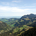 Weiterer Verlauf meiner Tour: Rechts mittlere Höhe unter Mittaggüpfi der First, links davon hinten Stäfeliflue, dann Blaue Tosse und Risetestock. Links der Bildmitte Ober Heuboden und noch weiter links Wissenegg.