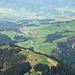 Blick von der Stäfeliflue nach Finsterwald. In der Mitte im Vordergrund Ober Heuboden, links auf halber Höhe die Wissenegg.