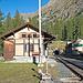 Bahnhof Spinas. Wie in Norwegen üblich steigt man in den Schotter aus.