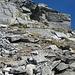 Blockgelände und etwas weiter oben der Kamin, durch den es zum Gipfel geht