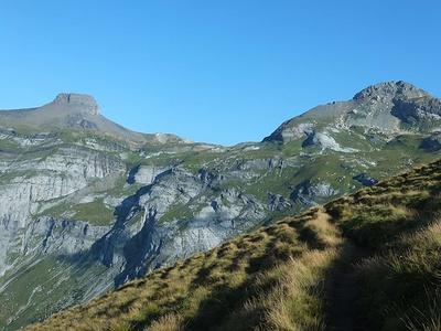 Kistenstöckli (links) und Piz d'Artgas. Die Bifertenhütte befindet sich unterhalb des Kistenstöckli.