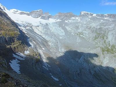 Blick ungefähr vom Limmerenpass: unten, mit etwas Schnee, das Limmerenband, das du den Resten des Limmerenfirns führt. Ganz links oben die Eisnase, rechts hinten anschliessend der Tödi. In Bildmitte die beiden Schiben. Rechts, mit etwas Schnee, der Hinter Selbsanft.