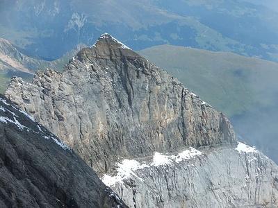 Vom Punkt 3244 im Ostgrat des Bifertenstocks, Blick in den zweiten Kessel. Der Bänderweg führt über das deutlich hervortretende Band.