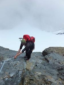 Kette hilft über die platten Felsen vom Firn auf den Bifertenstock-Ostrgrat.