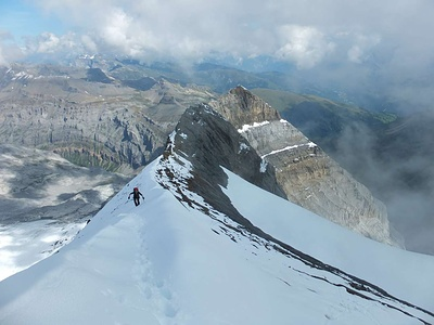 Aufstieg auf den Bifertenstock-Vorgipfel Punkt 3368. In der Flanke ist das begangene Band sichtbar: es ist jeweils das obere, oberhalb des grauen Gesteins.