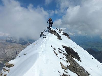 Abstieg vom Bifertenstock-Vorgipfel Punkt 3368 Richtung Bifertenstock über den schmalen, schiefrigen Grat..