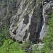. . vorbei an steilen Felsen