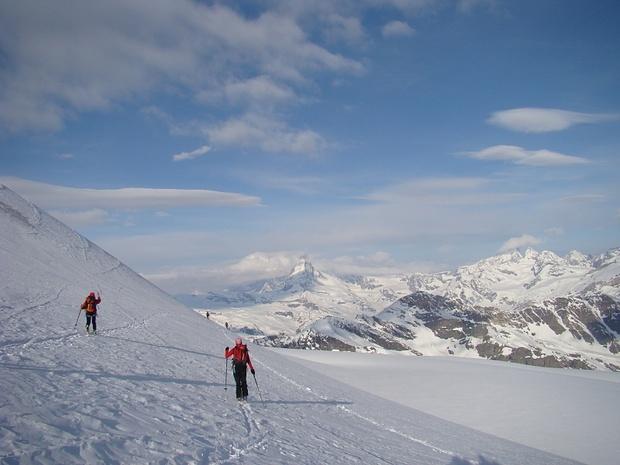 Traverse zum ersten Felsvorsprung des Rimpfischhorns. Hier nicht zu hoch halten, denn am Fuss des Vorsprungs befindet sich ein ziemliches Loch (siehe nächstes Bild).