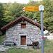 """<b>Capanna ai Törr (1278 m).<br />Esternamente l'edificio è bellissimo; sembra una casa di vacanza. La chiave è appesa sopra la porta d'ingresso. Il refettorio e la cucina hanno un arredo di buon livello; bagno e doccia sono pure moderni. <br />Secondo il Lessico dialettale della Svizzera italiana """"tör"""" significa fusto, tronco dell'albero.  </b>"""