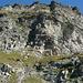 Piz de Trescolmen SE-Gipfel S-Flanke: an der Licht-Schatten-Grenze durch die Rinne auf das schräge Grasband, über dieses hinauf und nach rechts auf den SE-Gipfel