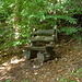 Witzige kleine Holzbank im Wald