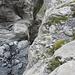 das Wasser hat an der Kante zum Absturz in den See eine tiefe Scharte in den Fels gefressen