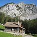 Bei den Hütten von Zwüschet Mythen. Beim Abstieg vom Gipfel kamen uns Tourengeher entgegen, die über diese Flanke aufgestiegen sein müssen