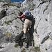 Zwischenabstieg durch eine Felsrinne (schon eher II). Wo ist nur der nächste Tritt ? Wenn nur die Beine etwas länger wären ;-). Hoch ging es auf dem Rückweg bedeutend leichter.