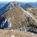 Wiggerl und Erich am Gipfelhang.<br />Hinter dem großen, buckligen Gipfelplateau des Griessteins verstecken sich die Riegerin und der Schönberg.