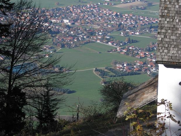 Blick von der Schnappenkirche nach Grassau (links, leicht verdeckt, der sehr zu empfehlende Reifinger Badesee)