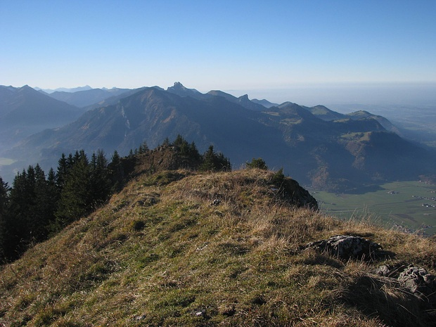 Gipfel Zwölferspitz, Blick zurück Richtung Hochlerch (im Hntergrund Kampenwand)