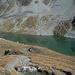 Schön eingebettet - Seeblick im Aufstieg zum Piz Chüern