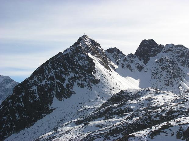Seirlöcherkogel mit Gipfelkreuz beim Anstieg gesehen. Über die verschneite Flanke unter dem Gipfel erfolgte mein Aufstieg.