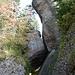 das Felsetor. zwischen zwei riesigen Nagelfluhfelsen ist ein dritter eingeklemmt, unter dem man hindurchgeht. kurz vorher luden zwei Bänkli mit herrlichem Panorama zur Rast ein.
