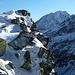 Der Spinevitrol bildet eine breite grasige Gipfelkuppe aus. Nach Osten und Westen fällt er jedoch mit Steilflanken unvermittelt ab.