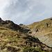 Steil geht es über Gras und Felsen durch die Ausläufer der Ostwände des Piz Champatsch