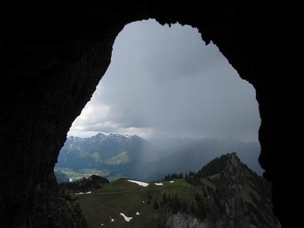 Hochgernhöhle im Mai, Blick Richtung Moarbichl und Zwölferspitz
