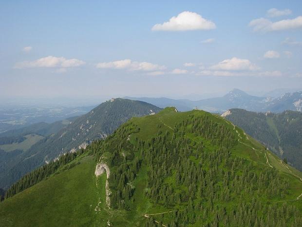 Hochgern, Gipfelbereich mit Höhle (links unterhalb) im Juli [ext. Perspekt.]