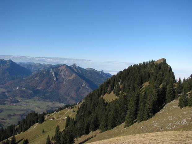 Blick vom Moarbichl Richtung Hochgernhaus und Zwölferspitz, im Hintergrund Hochplatte und Kampenwand