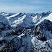 Südliche Gebirgskämme der Venedigergruppe. Vorne der Wallhorner Kamm, dahinter der vergletscherte Maurerkamm von den Gubachspitzen bis zum Quirl. Die Gipfel vom Vorderen Maurerkeeskopf bis zur Dreiherrnspitze stehen im Alpenhauptkamm. Röt- und Daberspitze gehören zum Umbalkamm.