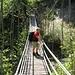 Beim Abstieg ist diese schwankende Hängebrücke zu überqueren