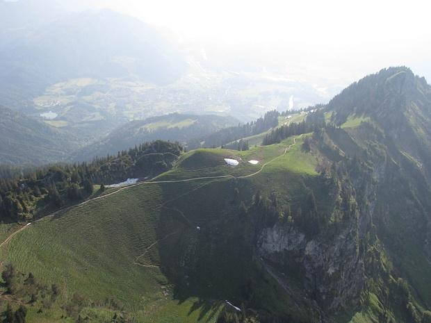 Blick vom Hochgern über Moarbichl und Hochgernhaus Richtung Unterwössen im Juni [ext. Perspekt.]