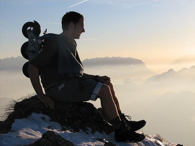 mit Abstiegshilfe (Rollbockerl) im Februar am Hochgerngipfel