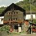 <br />In Chiggiogna gibt es viele schöne Häuser, zum Beispiel dieses hier...<br />____________________________________________<br />_____________________________<br />_________________<br /><br />(Ja, das ist das gleiche Haus wie auf dem letzten Bild.)<br />(Macht nichts.)<br /><br />__________________<br /><br /><br />In Chiggiogna gibt es übrigens nicht nur viele schöne Häuser.<br /><br />In Chiggiogna gibt es auch viele schöne Leute.
