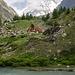 Lac Combal mit der wegen Umbau geschlossenen Bar Combal. Dahinter das Tal des Miage-Gletschers undin Hintergrund die Aig. de Bionnassay.